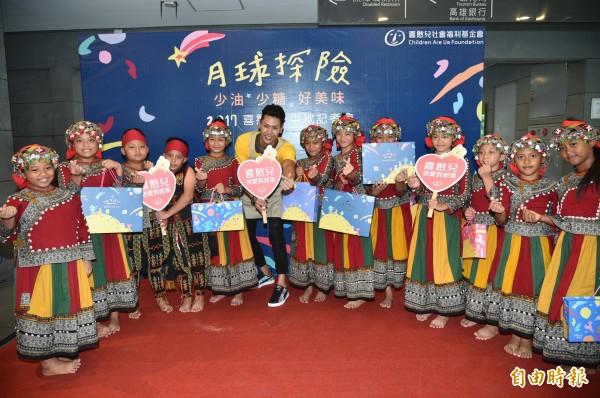 喜憨兒基金會推動的「送愛到部落」活動,邀民眾購買月餅分享給偏鄉部落1萬9800位學童。(記者張忠義攝)
