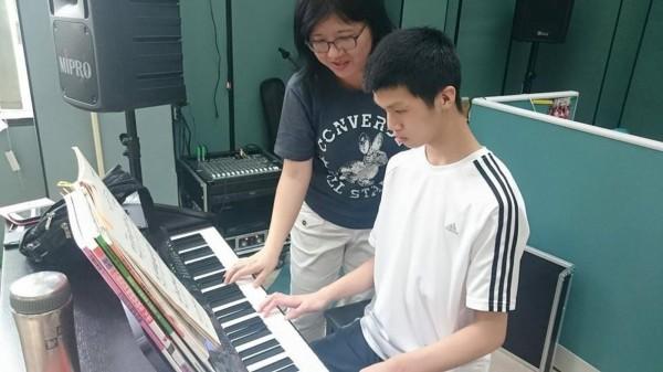 特教教師陳蔚綺(左) 幫學生走出生命之路,獲今年師鐸獎肯定。(圖台中市教育局提供)