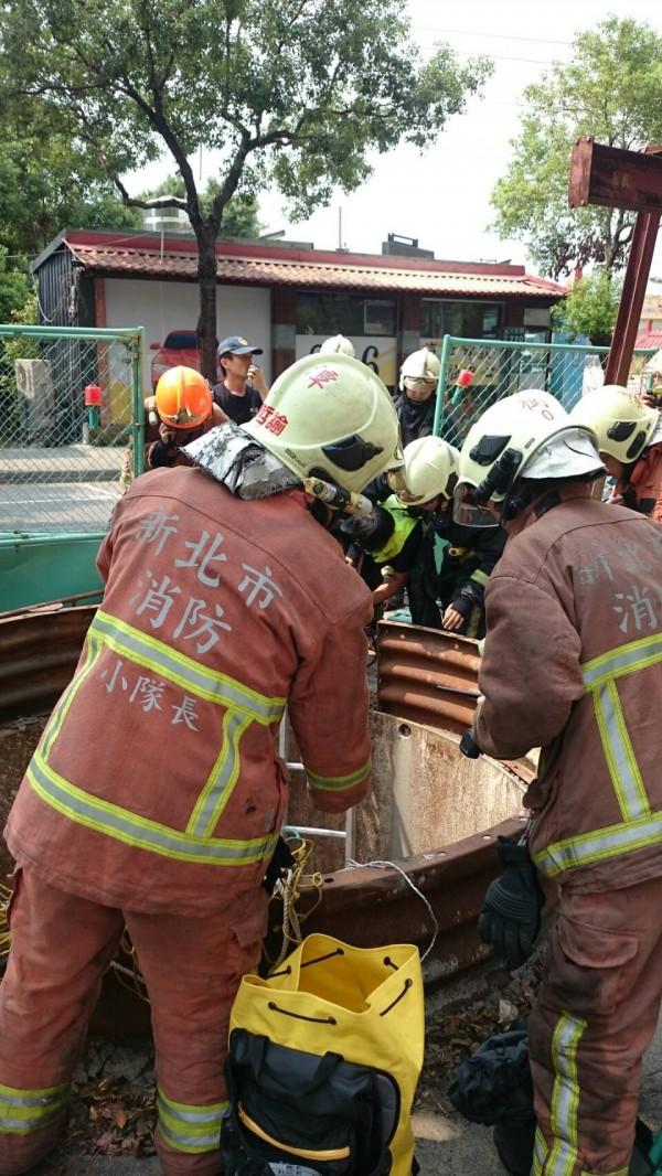 下水道工人受困7米地底,消防局出動「快搜部隊」到場救援。(消防局提供)