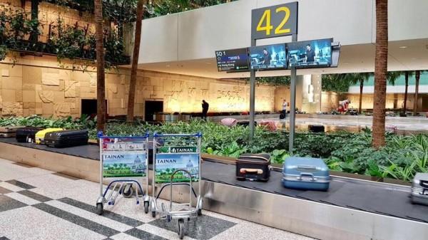 南市觀旅局購買新加坡樟宜機場手推車廣告,主打奇美博物館的西式古典建築與悠閒綠意。(擷自臉書)