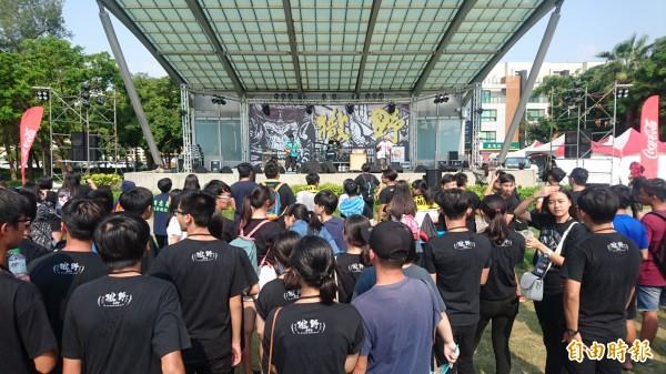 新營撒野音樂祭登場,觀眾站在烈日下也甘願。(記者楊金城攝)