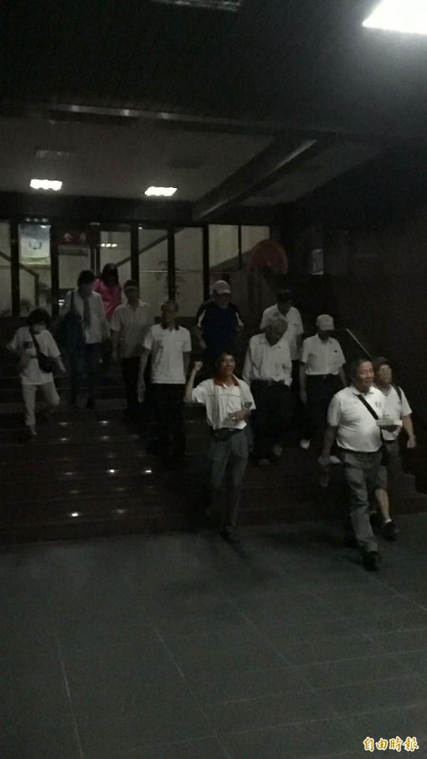 被警方帶回協助調查的22名彰化軍公教聯盟成員,檢方複訊後,在凌晨1時30分全部請回。(記者陳恩惠攝)
