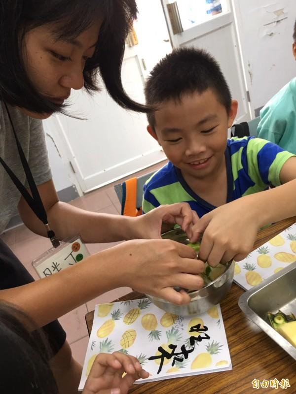 大學生團隊從地方學童著手,讓孩子再帶動家長投入社區產業活化。(記者邱芷柔攝)