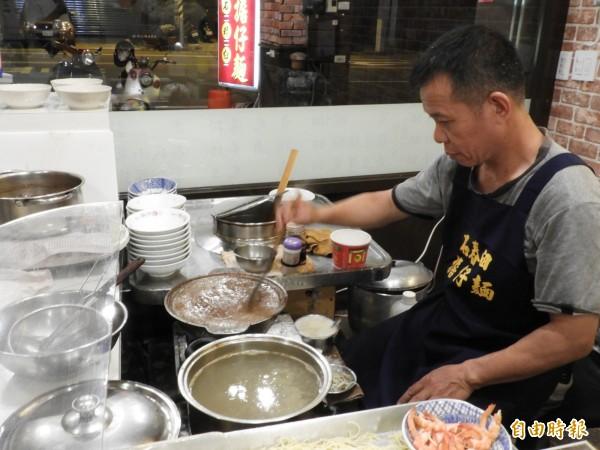 「石舂臼擔仔麵」第二代陳宗男接下麵攤,幾十年來不停攪動肉燥鍋,不沾焦底的背後,是對傳統美食的堅持。(記者洪瑞琴攝)