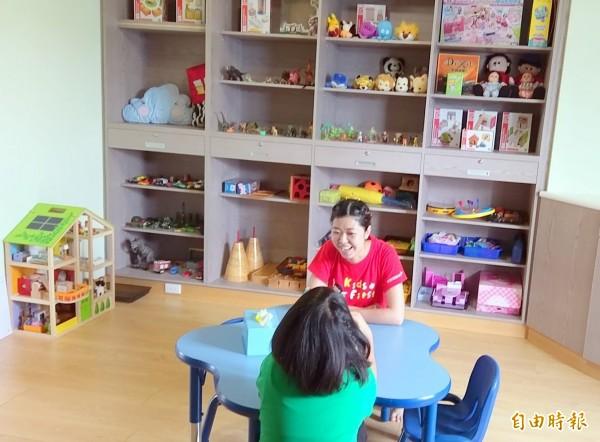 南投家扶中心「彩虹屋」的環境乾淨、幽雅,裡頭還設有遊戲治療室,可提供心創兒少更優質的服務。(記者謝介裕攝)
