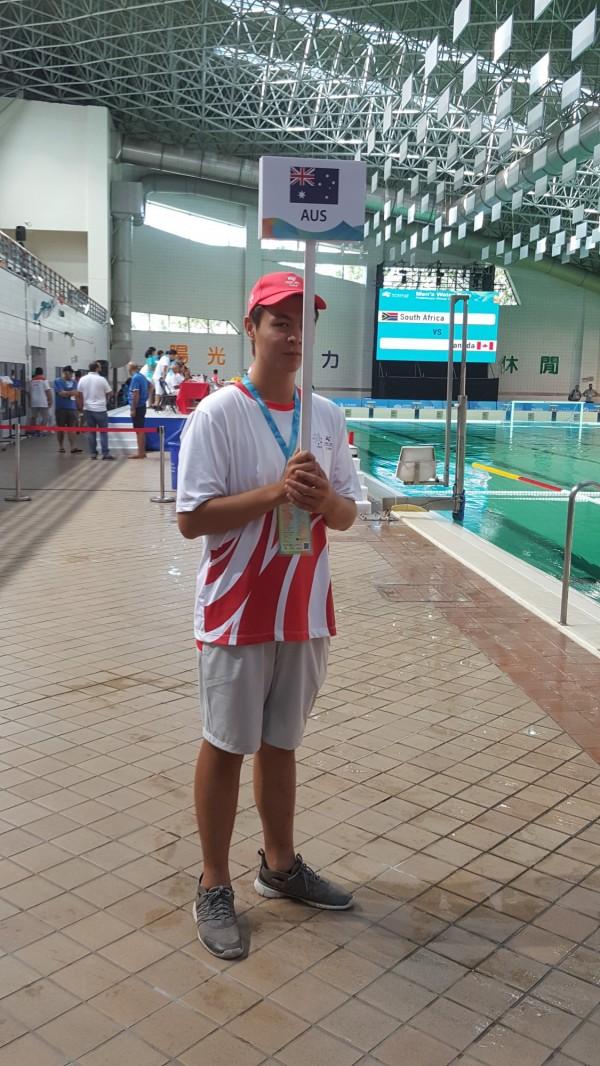 明新科大運管系這次50名學生擔任世大運水球等賽事的競賽助理,負責選手休息室導引等多項工作,在受訓過程認識國際賽事規則,也有機會和各國選手互動。(明新科大提供)