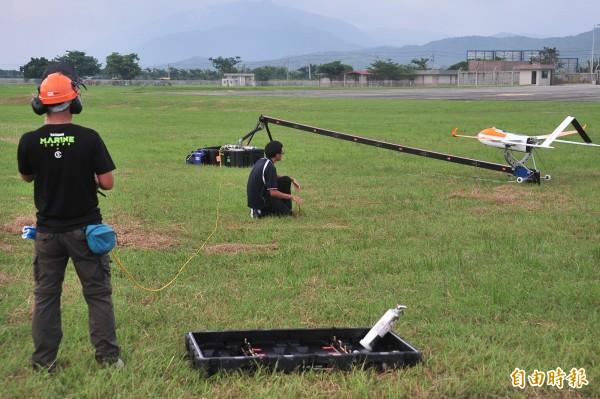 「颱洪無人機」在恆春機場前置作業。(記者蔡宗憲攝)
