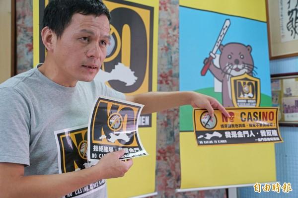 金門反賭場連線發言人洪篤欽說明反賭貼紙等文宣製作概念。(記者吳正庭攝)