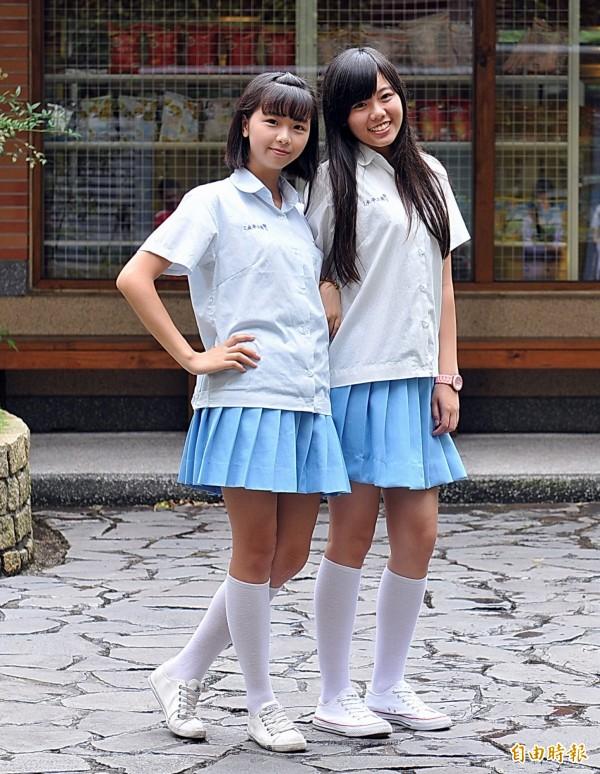 女學生說,夏天穿這套制服走動時,會有一股藍白水浪襲來的清涼感,不但能襯托出活潑俏麗,也很有流行style。(記者李容萍攝)