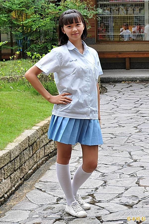 永平工商這套水藍色襯衫搭配百摺裙的清新制服款式,在「全國最夯制服」獲選北部冠軍,深獲歷屆學生喜愛。(記者李容萍攝)