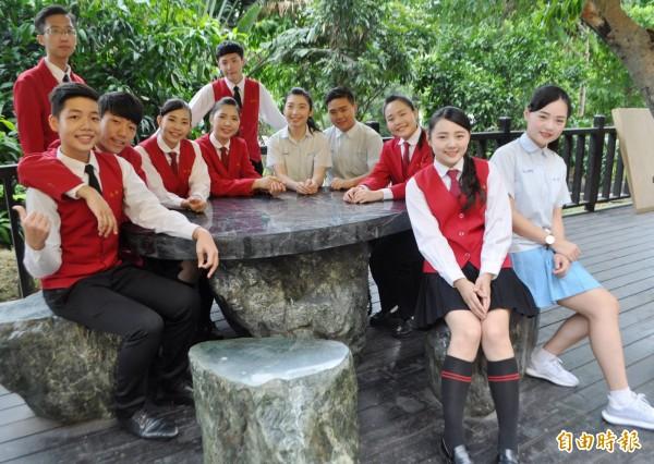 學生穿上制服充滿自信。(記者李容萍攝)