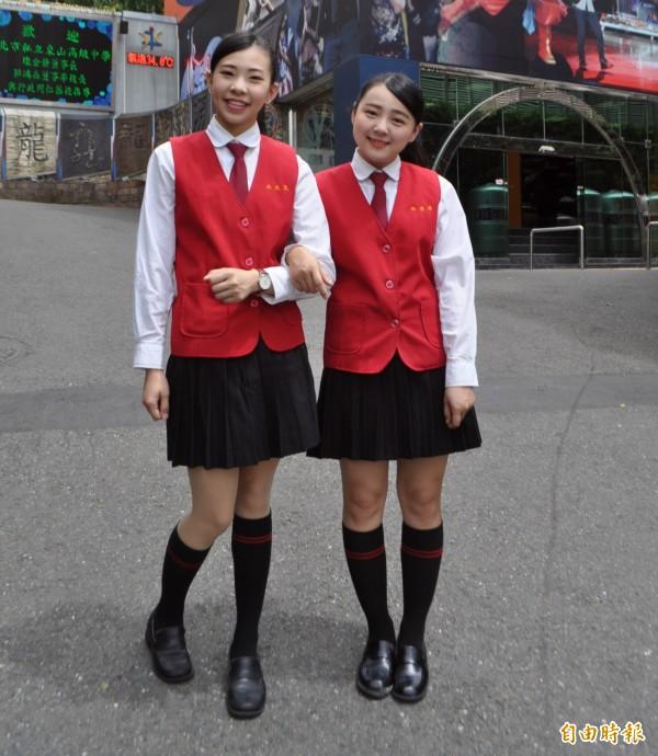 秋冬季女生搭穿黑百褶裙及長筒黑襪,有溫暖和帥氣感。(記者李容萍攝)