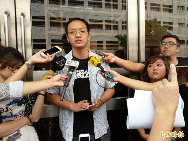 洪崇晏(中立者)對包圍中正一分局案仍有人被高院判有罪,他感到不平,右二為另名被告撒丰安.瓦林吉那。(記者項程鎮攝)