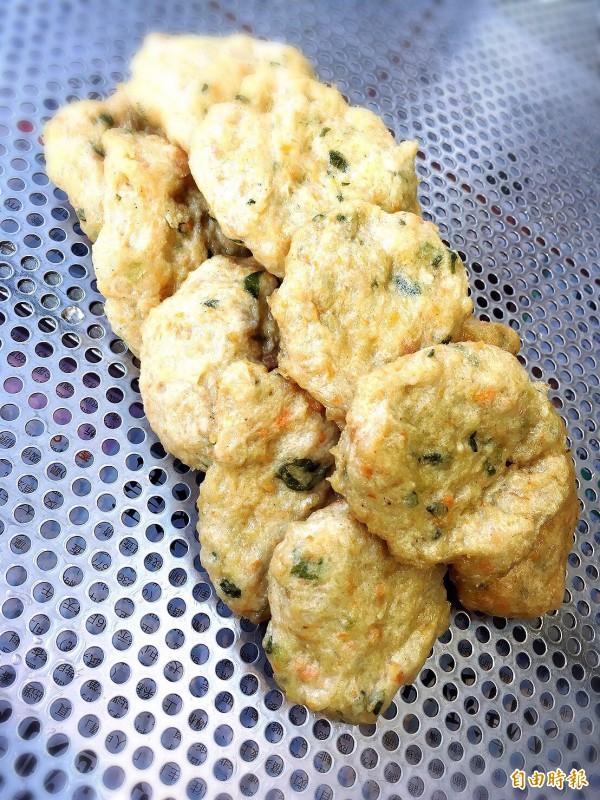 鯊魚餅使用魚漿加上高麗菜、芹菜和蔥以及其他配料。(記者蔡政珉攝)