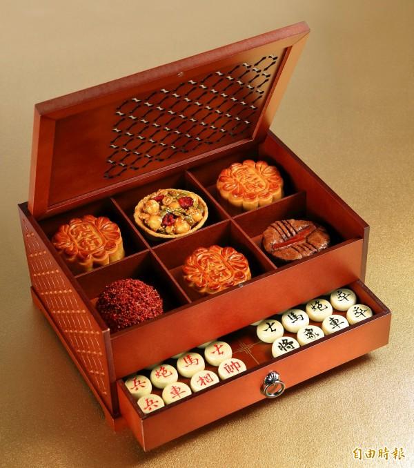 寒軒大飯店的古典鏤空窗花「秋弈金波禮盒」,加入文青風象棋套組,強調收藏價值與娛樂性。(記者張忠義攝)