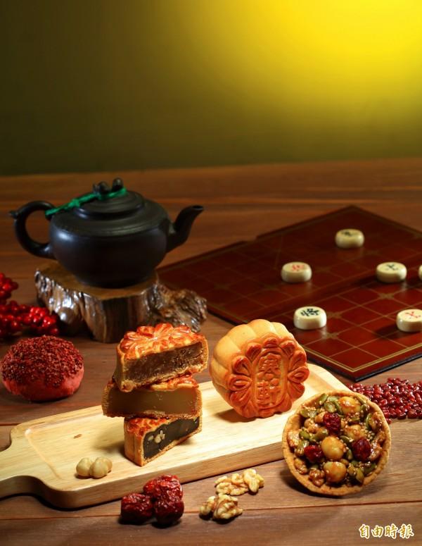 寒軒餐旅事業集團推出秋弈金波禮盒,每款約3兩重。(記者張忠義攝)