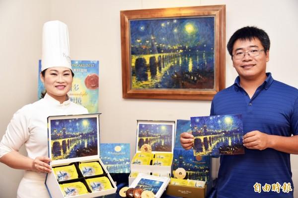 高雄帕莎蒂娜烘焙坊今年禮盒別出心裁,邀請畫家楊治瑋(右)將波爾多「月亮港」的美景入畫作為包裝,把西方繪畫與東方中秋賀禮連結。(記者張忠義攝)