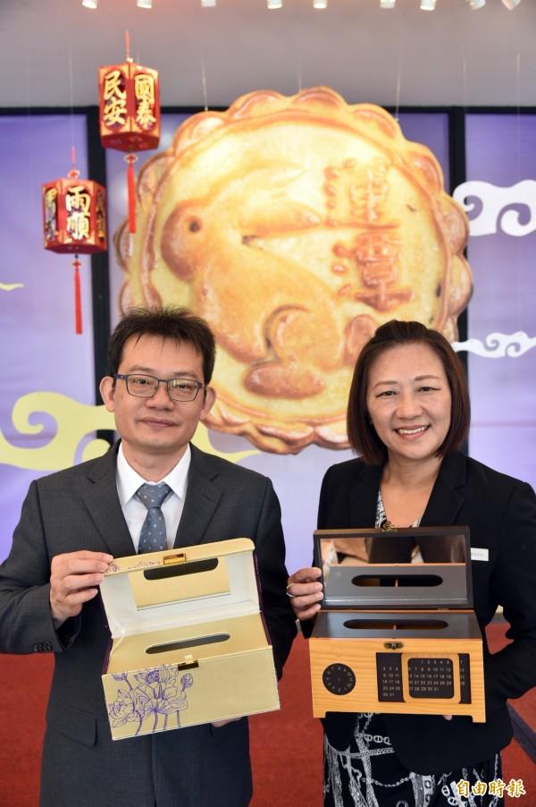 高雄蓮潭國際會館推出「朗月中秋」設計兩款月餅禮盒,一款是珠寶盒設計,一款是面紙盒設計,非常實用。(記者張忠義攝)