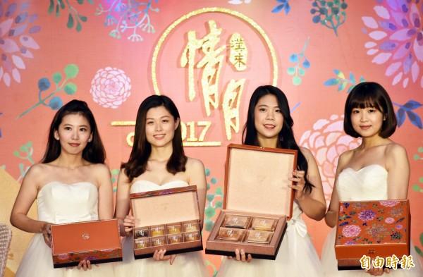 漢來飯店推出「情月典藏」、「情月風雅」禮盒,外盒以古典風格的花朵與暖橙色皮革時尚混搭。(記者張忠義攝)