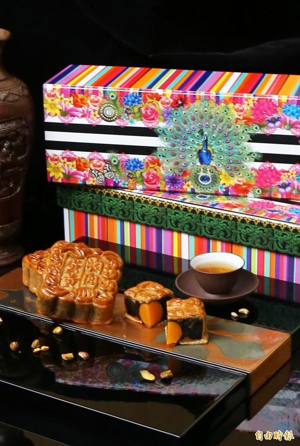 高雄翰品酒店今年開發精美中秋禮盒,以孔雀為設計,取名「雀月璀璨」。(記者張忠義攝)