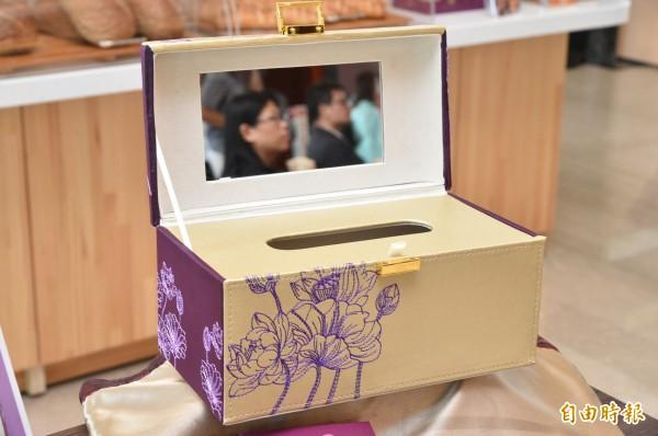 蓮潭會館這款「朗月中秋」月餅禮盒,月餅吃完後還可當一面紙盒,相當實用。(記者張忠義攝)