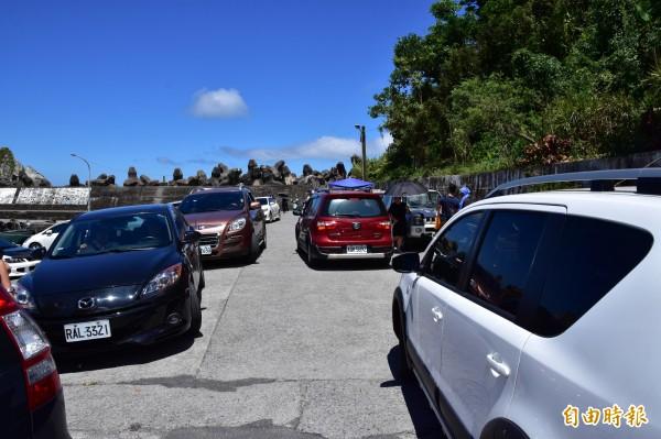 人潮大量湧入粉鳥林,漁港成為小路停車場,造成附近漁民很大不便。(記者張議晨攝)