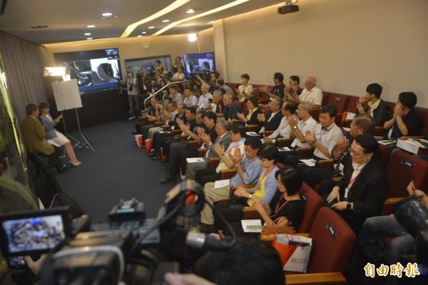 搭載福衛五號的獵鷹九號順升空時,位在新竹的國家太空中心爆出熱烈的掌聲,不少研究人員相互道賀,更有人想到這些年來的點點滴滴,感動落淚。(記者吳柏緯攝)