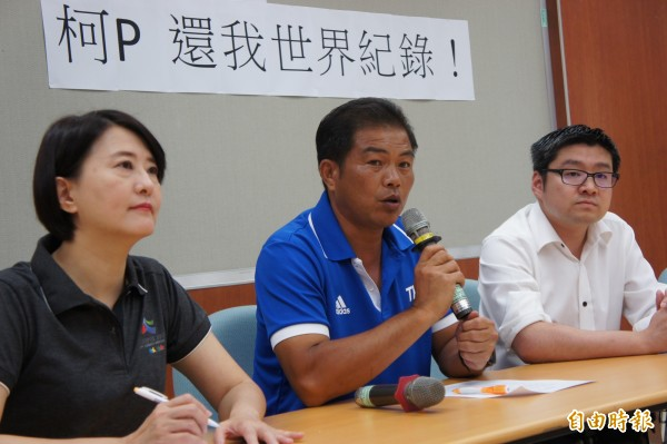 滑輪溜冰總教練林詠翔下午在台北藍營市議員陪同下召開記者會。(記者黃建豪攝)