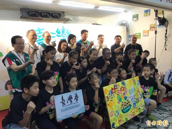 台北市長柯文哲(最後一排右三)下午出席南港久如社區「台灣夢計畫」築夢基地揭牌典禮。(記者沈佩瑤攝)