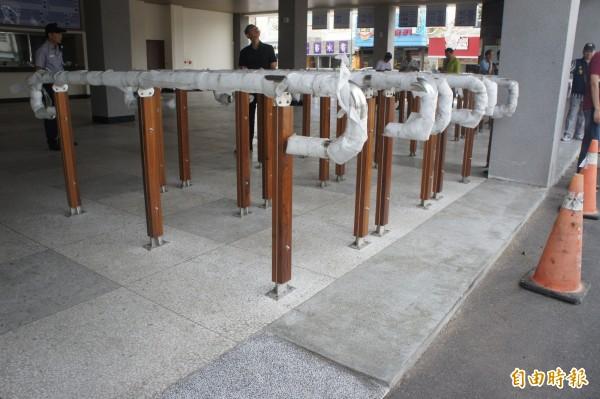 澎湖新公車總站排隊區間隔過窄,不利於輪椅族進出。(記者劉禹慶攝)