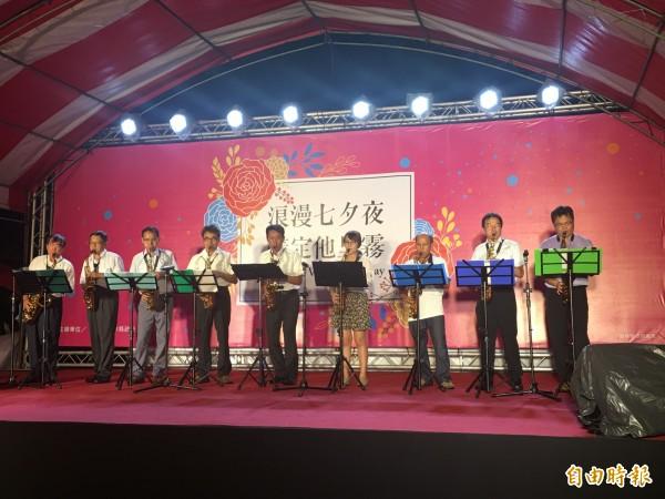 華山國小社區薩克斯風樂團一連串情歌演奏為活動浪漫揭幕。(記者黃淑莉攝)