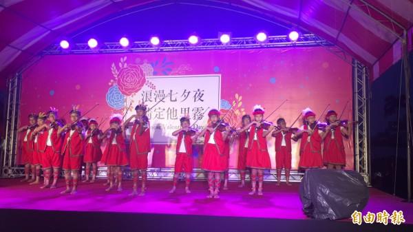 小朋友們穿著原住民服裝以小提琴演奏多首情歌為活動浪漫揭幕。(記者黃淑莉攝)