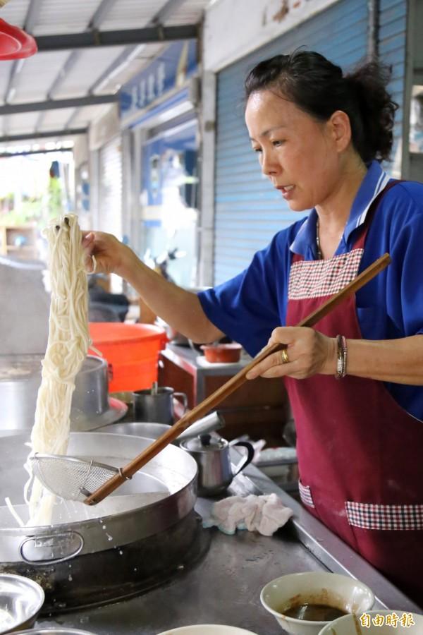 有別於一般麵店使用勺狀撈網,老闆娘郭素琴傳承自阿公的煮麵方式是以面積較大的撈網搭配長筷。(記者邱芷柔攝)