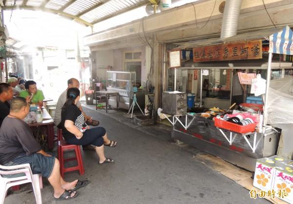 祖傳老店秀里蚵嗲,真正是「巷仔內」美食,店就開在將軍青鯤鯓的小巷子內。(記者楊金城攝)