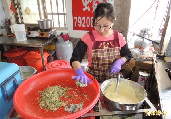 秀里蚵嗲由周琪瀅熟練的拿起杓子製作。(記者楊金城攝)
