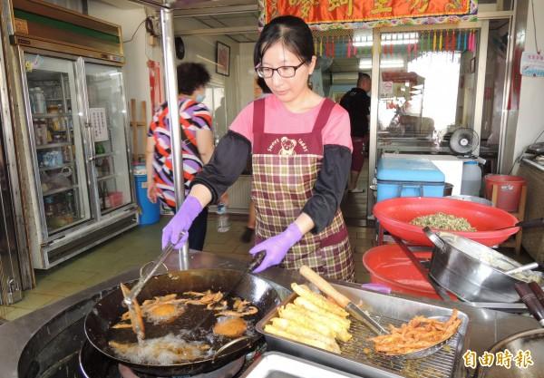 秀里蚵嗲由周琪瀅在油鍋炸出美味。(記者楊金城攝)