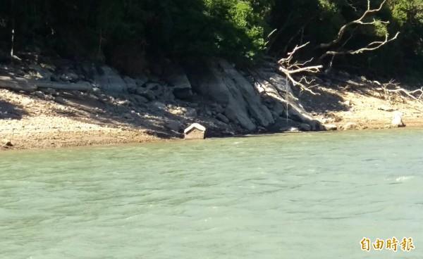 石門水庫水位持續下降,原本沉沒庫區的土地公廟又漸漸浮現。(記者李容萍攝)