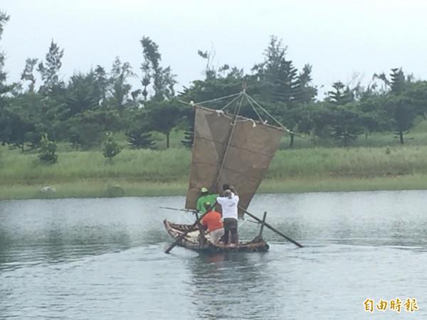 仿古帆船順利下水。(記者張存薇攝)
