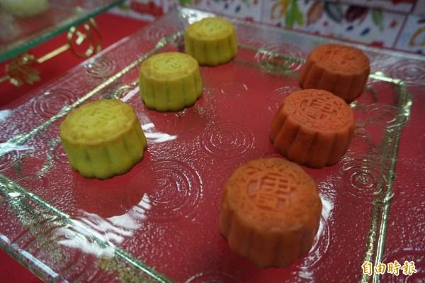伊甸庇護工場今年推出檸檬香柚及蔓越莓新口味月餅。(記者歐素美攝)