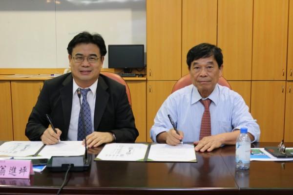 國立澎湖科技大學校長翁進坪(左),與Asia Envikraft公司董事長黃耀南,完成智慧電網與人才培育簽約儀式。(澎湖科技大學提供)