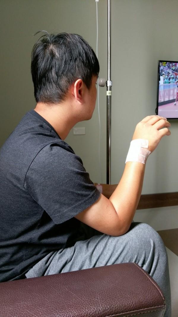 江男術後右手腕已明顯消腫。(長安醫院提供)