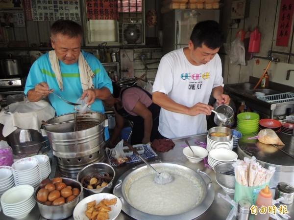 笨港小吃老闆葉燦坤(左)原是剪粘師傅,做食物秉持做剪粘的細心,且攤位保持相當乾淨。(記者黃淑莉攝)