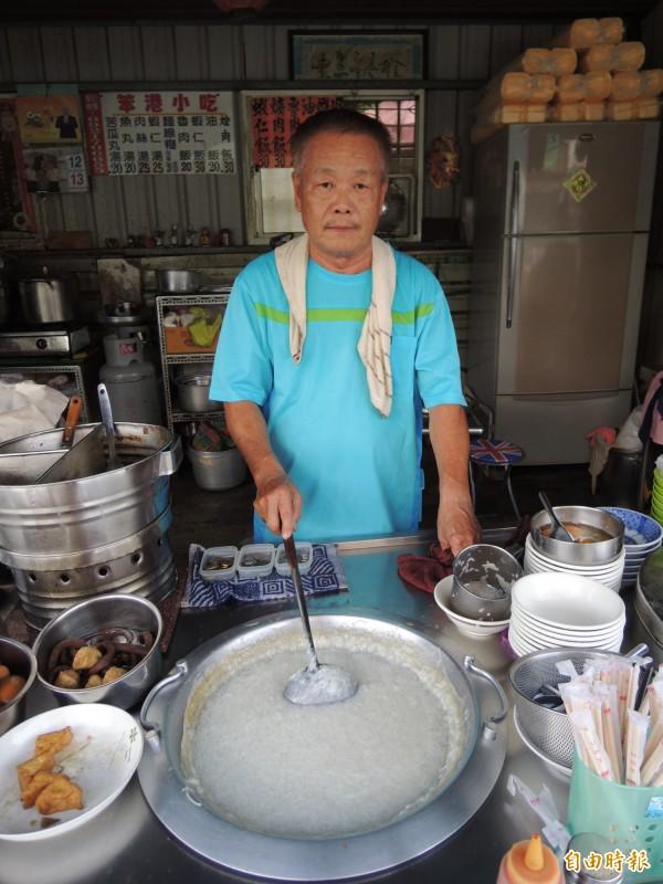 笨港小吃老闆葉燦坤(左)原是剪粘師傅,做食物秉持做剪粘的細心,且攤位隨時都保持相當乾淨。(記者黃淑莉攝)