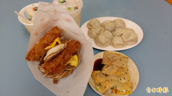 無敵海景饅頭蛋、小籠湯包、蛋餅是人氣招牌餐點。(記者賴筱桐攝)