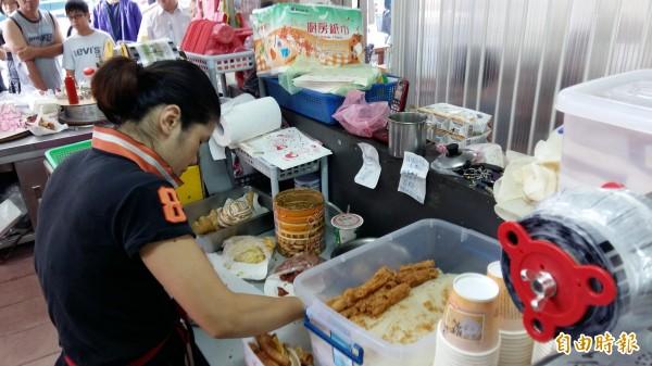 用餐時段店家忙碌的雙手没停過。(記者賴筱桐攝)