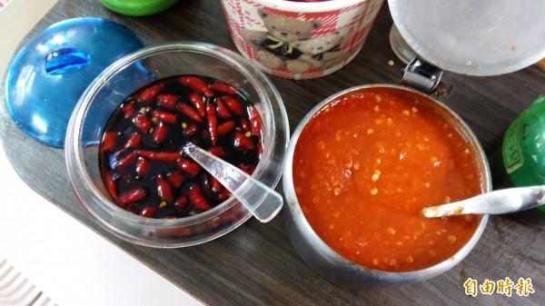 喜歡吃辣的民眾可搭配店家特製的辣椒醬及辣椒醬油。(記者賴筱桐攝)