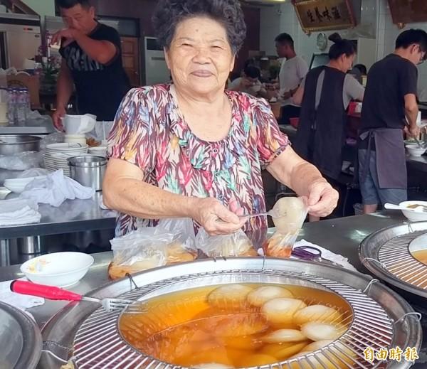 南投市「橋頭邊肉圓」創辦人廖香菓,對肉圓品質十分重視。(記者謝介裕攝)