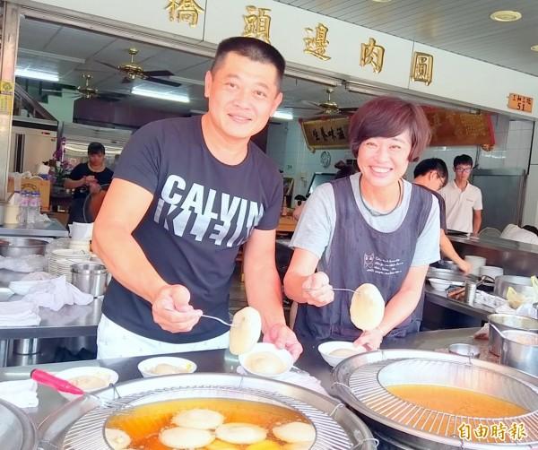 南投市「橋頭邊肉圓」第2代負責人許福能及劉敏華夫妻同心,加上對食材品質的堅持,更是肉圓店人氣不墜的關鍵。(記者謝介裕攝)