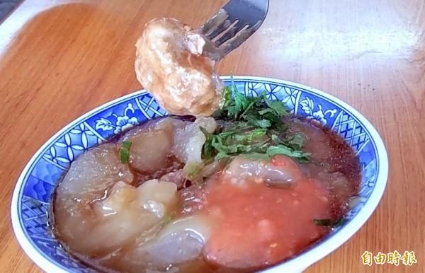 南投市「橋頭邊肉圓」販售的肉圓味美料實在,堪稱是在外南投遊子想念家鄉的一種味道。(記者謝介裕攝)