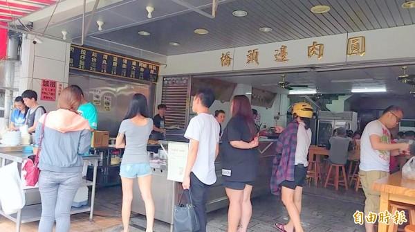 南投市「橋頭邊肉圓」每逢用餐時間,總吸引民眾聞香而來等候購買。(記者謝介裕攝)